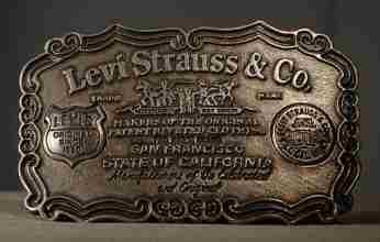 Το 1850 ο Levi Strauss παρουσιάζει το πρώτο τζιν παντελόνι