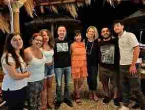 Αγκαλιά αναγνώρισης από τον Σταματόπουλο στους εθελοντές του Κοινωνικού Φροντιστηρίου Σικυωνίων