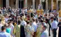 Πάλι σήκωσε μπαϊράκι η εκκλησία – Αλαλούμ με τις λιτανείες τον Δεκαπενταύγουστο