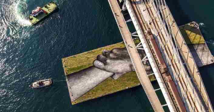 Πλωτό έργο τέχνης μαγνητίζει τα βλέμματα στον Βόσπορο