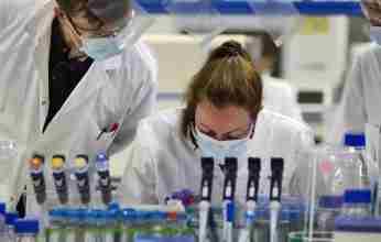 Guardian: Βρετανοί ιολόγοι δοκιμάζουν νέο φάρμακο για τον κορονοϊό