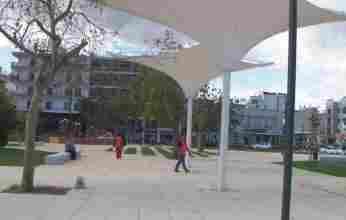 Ο Πρόεδρος του Επιμελητηρίου αποδίδει τα εύσημα στον Δήμαρχο Κορινθίων για την πλατεία «Παναγή Τσαλδάρη»