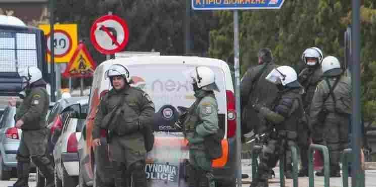O ΣΚΑΙ παραποιεί βίντεο για να συγκαλύψει επίθεση των ΜΑΤ σε δημοσιογράφο